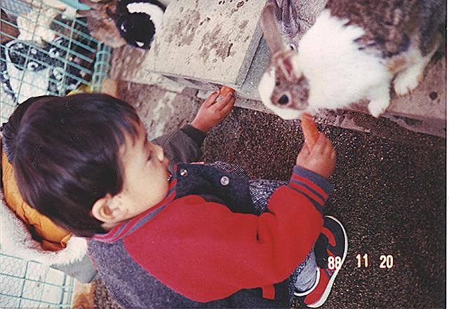 ウサギ エサやり(1988年11月)